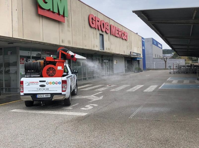 Es desinfecten espais amb una afluència important de gent, com els principals espais comercials de venda d'aliments. (Foto: Ajuntament de Palamós)