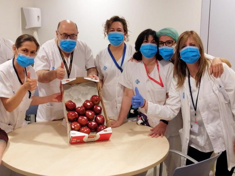 Reparteixen pomes entre els professionals sanitaris de la demarcació.  (Pomes Girona).