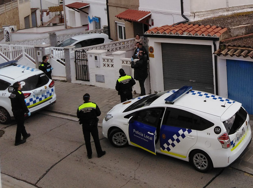 La Policia Local s'adreça al domicili de l'infant homenatjat. (Foto: B. Duran).