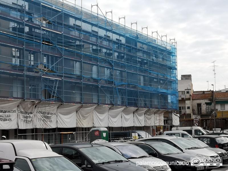 Una bastida d'obres en un edifici de Palamós.