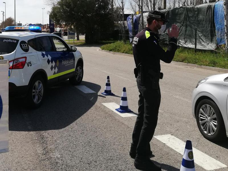 Control de la Policia Local en un dels accessos al municipi. (Foto: Ajuntament de Palamós).