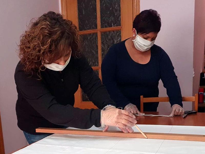 Voluntàries fent mascaretes. (Foto: Ajuntament de Calonge i Sant Antoni).