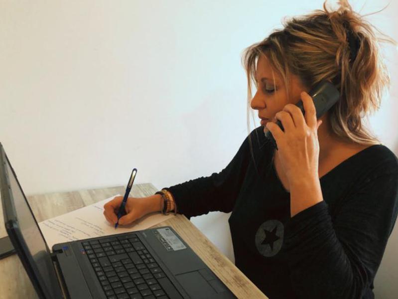 La regidora Laura Lafarga fent, des del seu domicili, trucades de seguiment a gent gran que viu sola. (Foto: Ajuntament de Palamós).