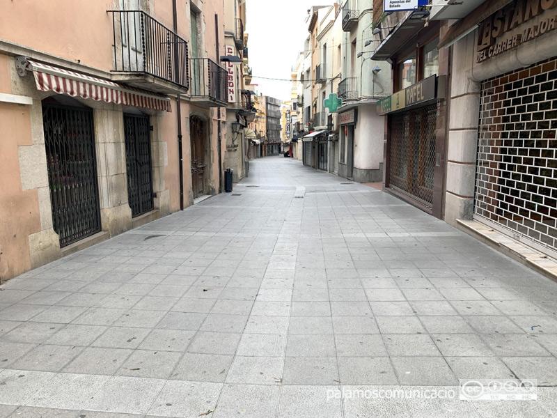 El carrer Major buit, amb els comerços tancats.