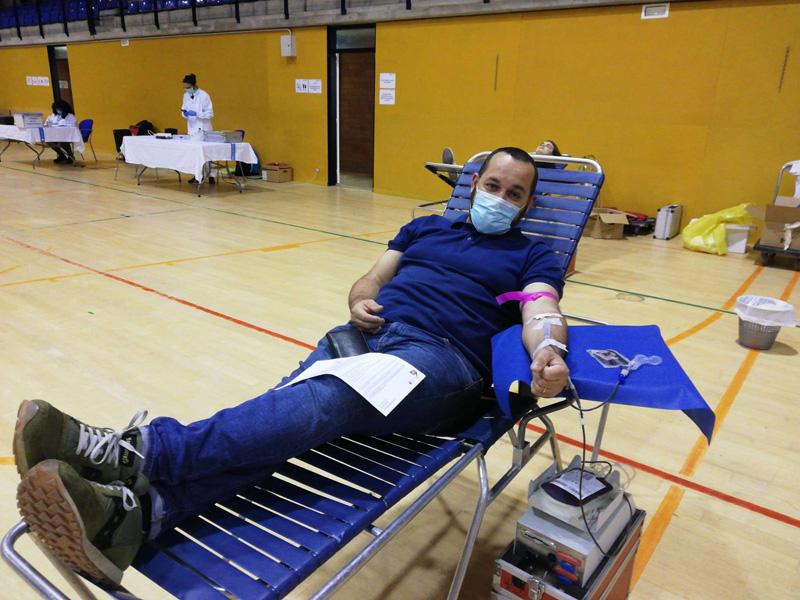 L'alcalde Miquel Bell-lloch, ahir donant sang. (Foto: Ajuntament de Calonge i Sant Antoni).