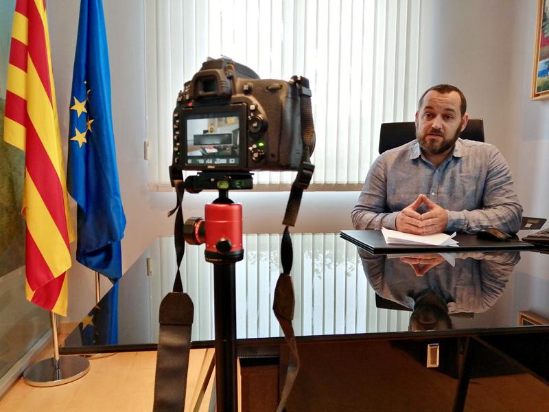 L'alcalde Miquel Bell-lloch gravant un missatge en vídeo. (Foto: Ajuntament de Calonge i Sant Antoni).