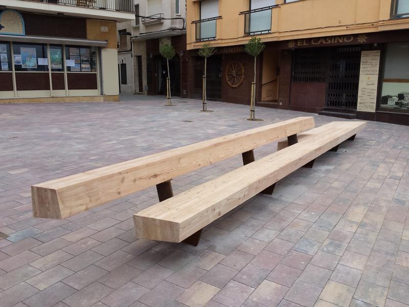 La plaça Murada té un gran banc de fusta de 9 metres de llargada. (Foto: Ajuntament de Palamós).