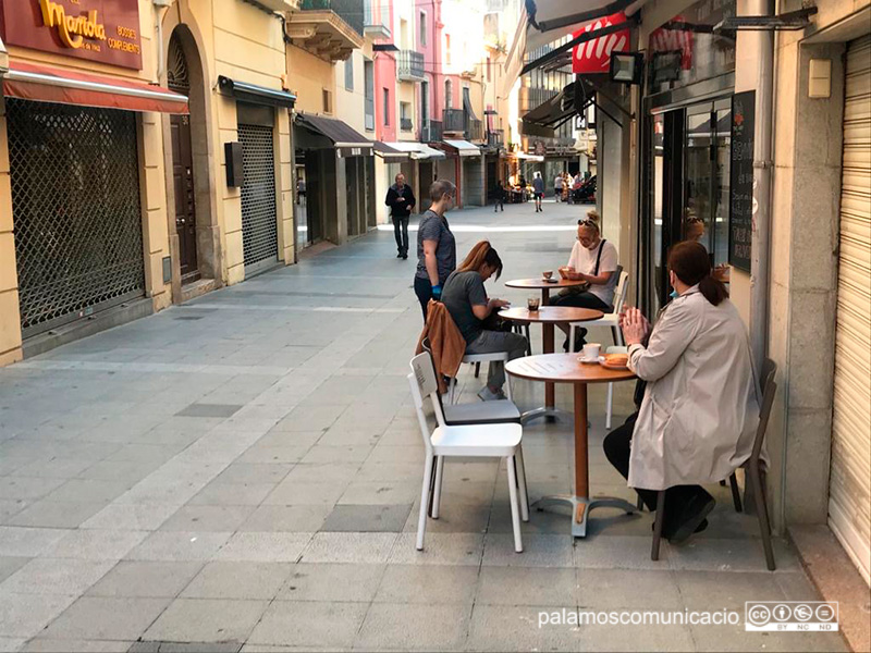 Primers clients en una terrassa del carrer Major, ahir al matí