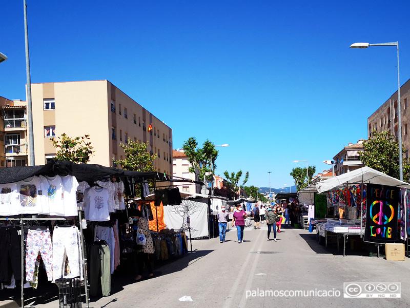 Parades de roba al mercat setmanal avui.