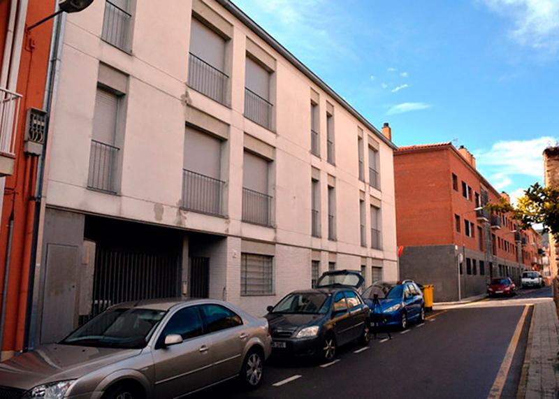 El bloc de 14 pisos esà situat a la cantonada dels carrers Camp d'en Coll i de la Sala de Calonge.