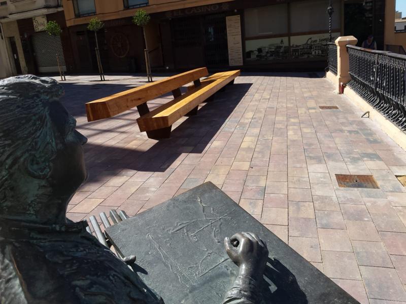 L'estàtua d'Ezequiel Torroella reubicada i el gran banc de fusta a la plaça Murada. (Foto: Ajuntament de Palamós).