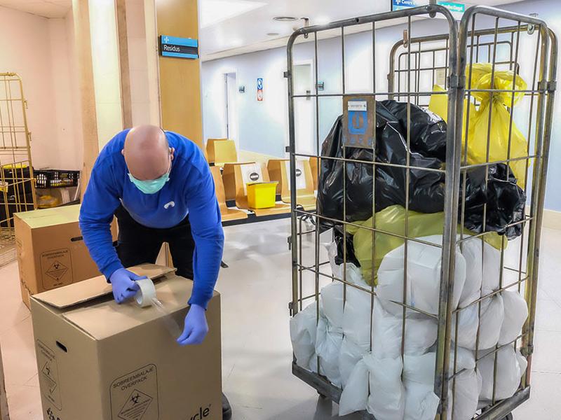 A l'hospital i als centres d'atenció primària, aquestes deixalles es tanquen en doble bossa i amb brides. (Foto: SSIBE).