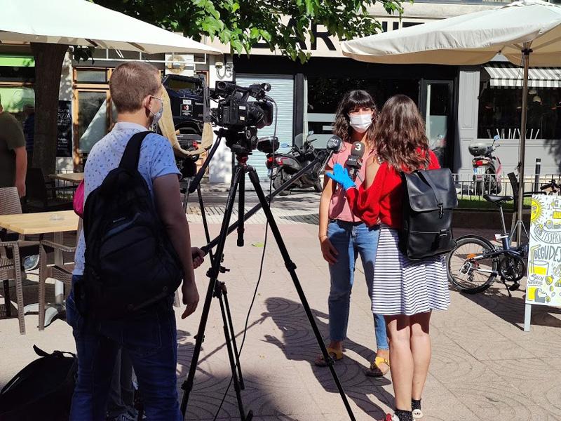 Núria Lisbona, impulsora de la iniciativa, entrevistada per TV3. (Foto: Pol Ballesta).