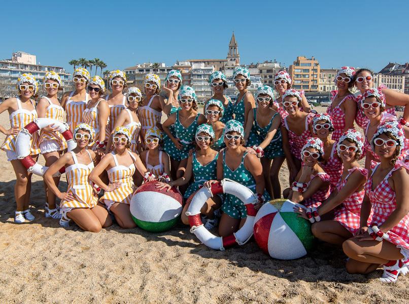 La colla Les Nimfes, disfressades de banyistes dels anys 60, a la platja de Palamós. (Foto: Colla Les Nimfes).