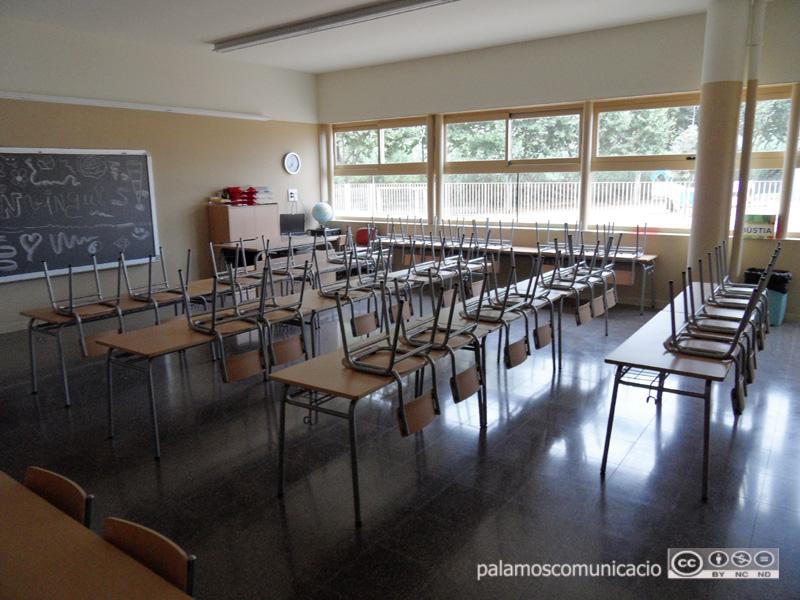 Aula buida d'una escola de Palamós.
