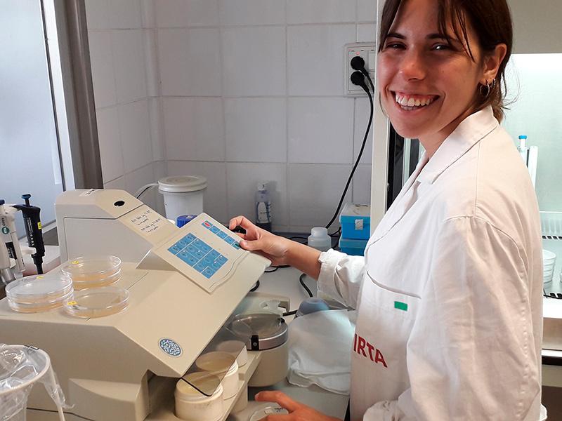 L'autora de l'estudi és Clara Barnés, graduada en Innovació i Seguretat Alimentària per la UdG. (Foto: Universitat de Girona).