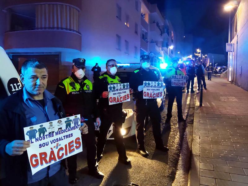 Agraïment dels agents de Policia al personal sanitari, els primers dies de l'estat d'alarma.
