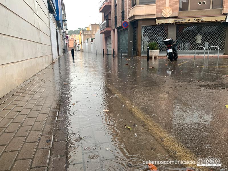 El carrer d'Emili Joan, ahir al vespre inundat d'aigua.