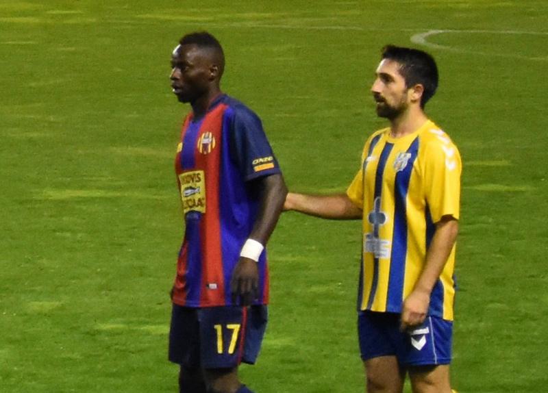 Mussa Fatty, a l'esquerra, en un partit contra el Palamós CF. (Foto: Sergi Cortés).