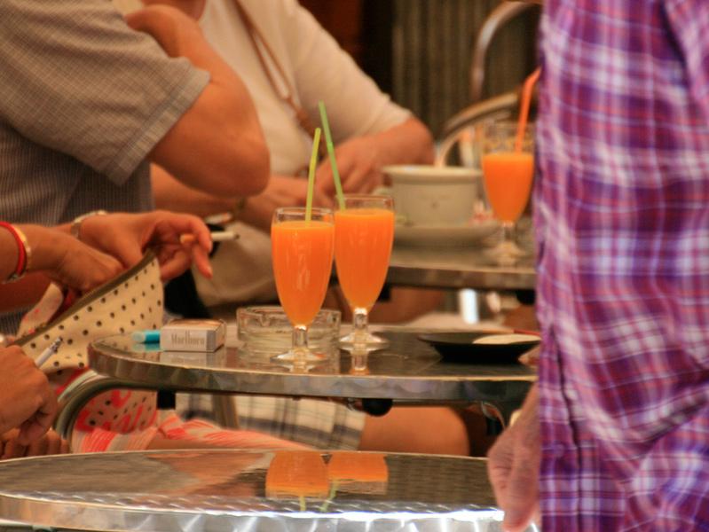 Clients a la terrassa d'un bar de Palamós.