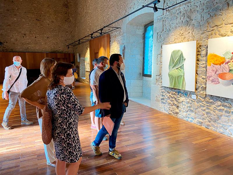 L'alcalde Miquel Bell-lloch visita les exposicions al castell de Calonge. (Foto: Ajuntament de Calonge i Sant Antoni).