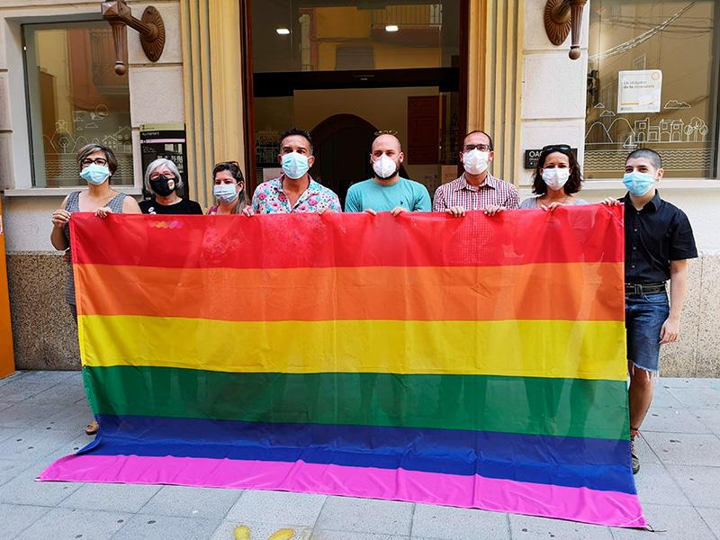 Regidors municipals i representants del col·lectiu LGTBI, abans de penjar la bandera. (Foto: Ajuntament de Palamós).