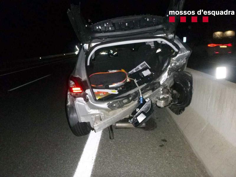 Cotxe sinistrat a la carretera C-31- (Foto: Mossos d'Esquadra).