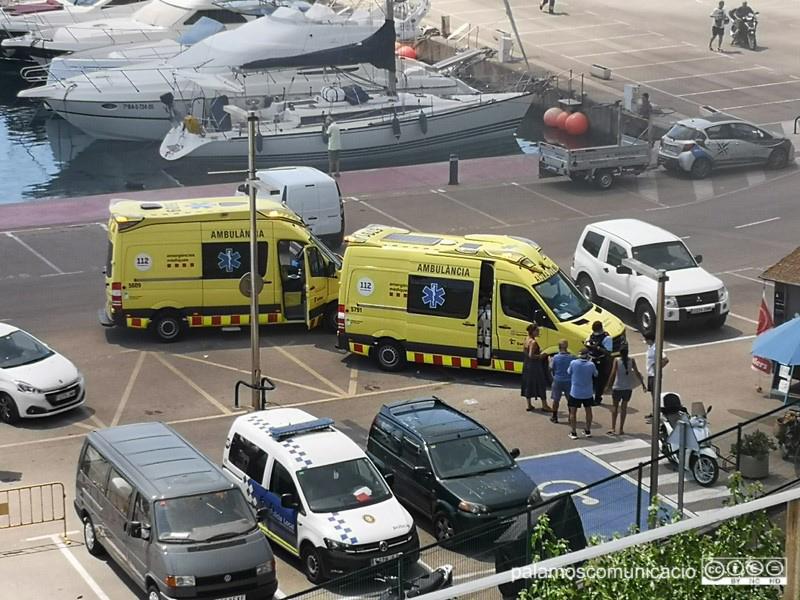 Ambulàncies del SEM atenent ahir, al Port Marina, els ferits de l'incendi.
