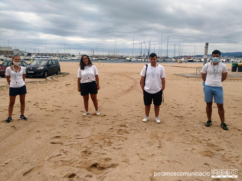 Equip d'informadors, aquest matí a la platja Gran de Palamós.