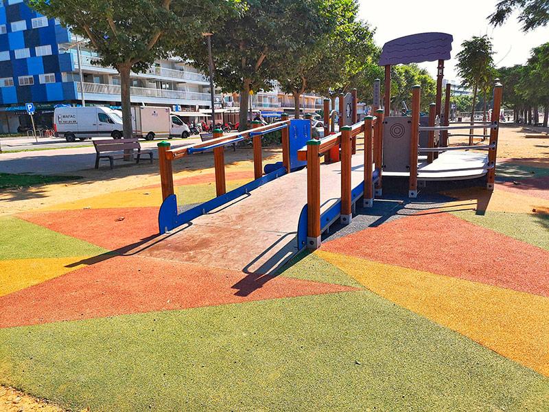 El nou joc s'ha instal·lat a la zona infantil situada a l'inici del passeig del Mar. (Foto: Ajuntament de Palamós).