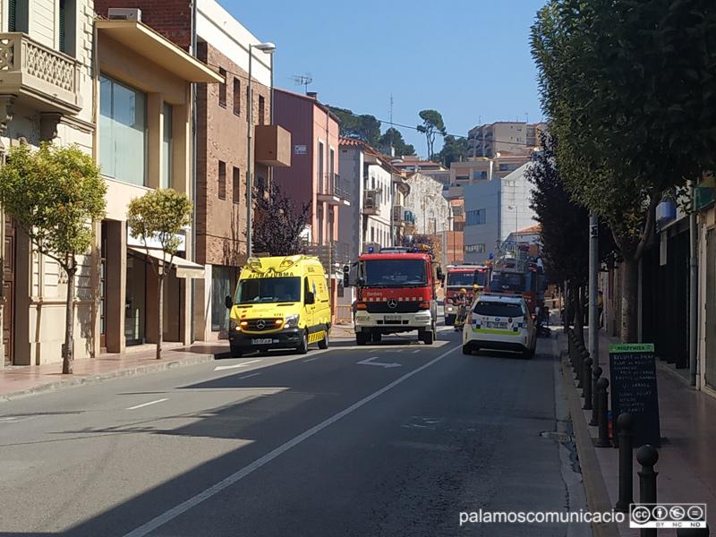 Bombers, Policia Local i el Servei d'Emergències Mèdiques han anat al lloc de l'incendi.