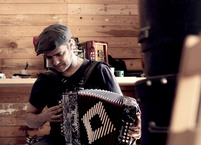Garriga és el fundador de Dusminguet i l'ànima de la Troba Kung-Fú.