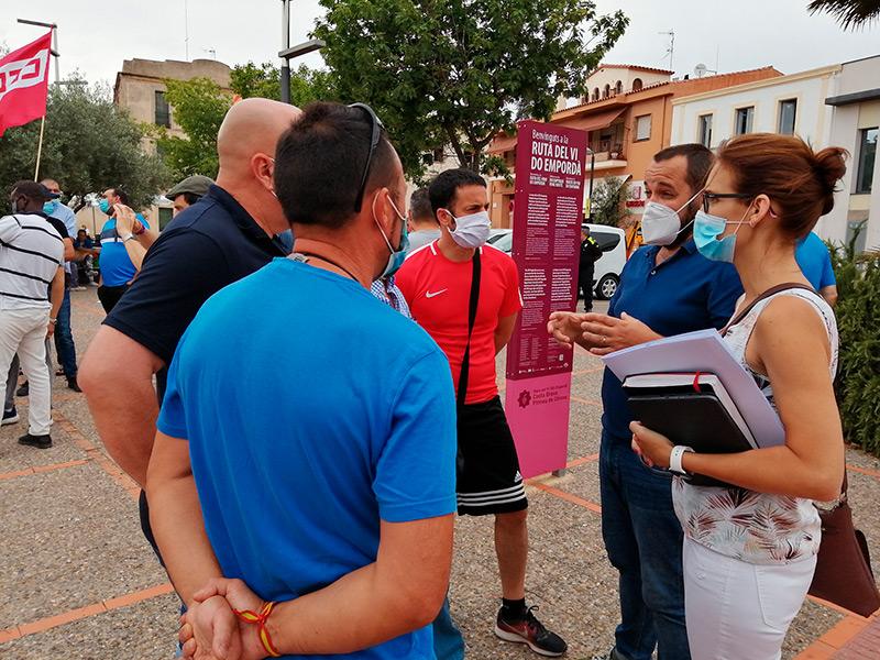 L'alcalde Miquel Bell-lloch, mediant amb els treballadors. (Foto: Ajuntament de Calonge i Sant Antoni).