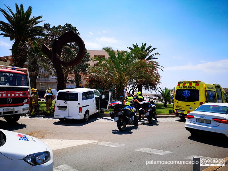 Un dels vehicles accidentats aquest migdia a la zona del port de Palamós.