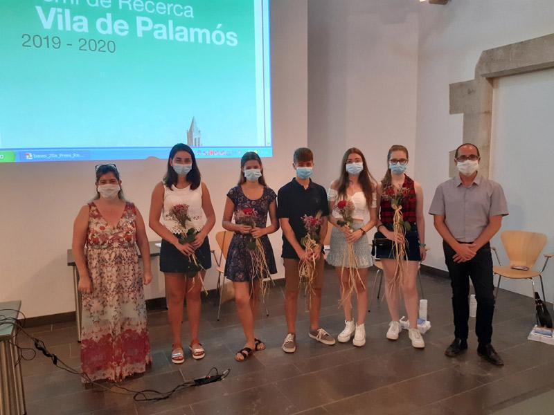Els cinc estudiants autors dels treballs, amb la regidora Maria Puig i l'alcalde Lluís Puig. (Foto: Ajuntament de Palamós).
