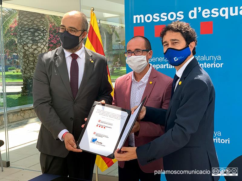 L'alcalde Lluís Puig entre els consellers Miquel Buch i Damià Calvet, avui a Palamós.