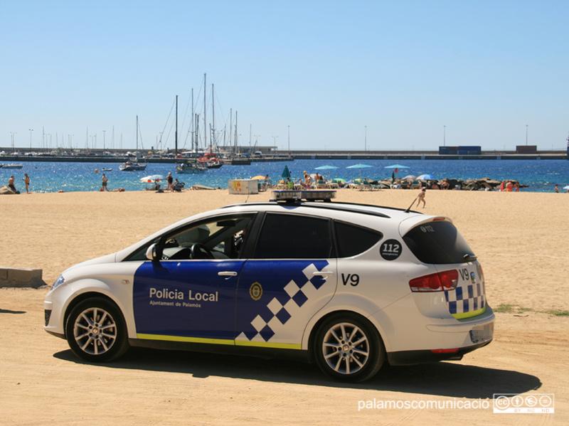 La Policia Local va haver de perseguir el motorista fins al passeig del Mar.