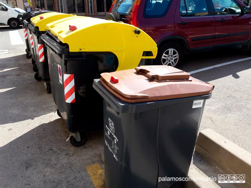 Contenidors d'escombraries en un carrer de Palamós.