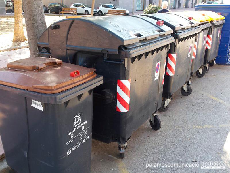 Contenidors d'escombraries al carrer d'Enric Vincke.