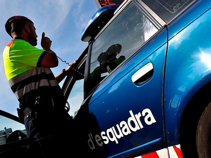 Un agent dels Mossos d'Esquadra en un control policial. (Foto: Mossos d'Esquadra).