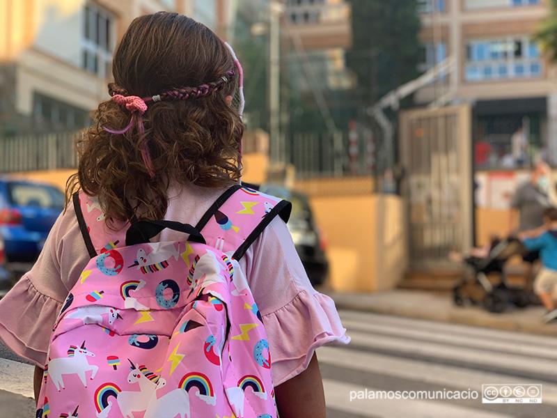 Una nena entrant a l'escola, aquest matí.