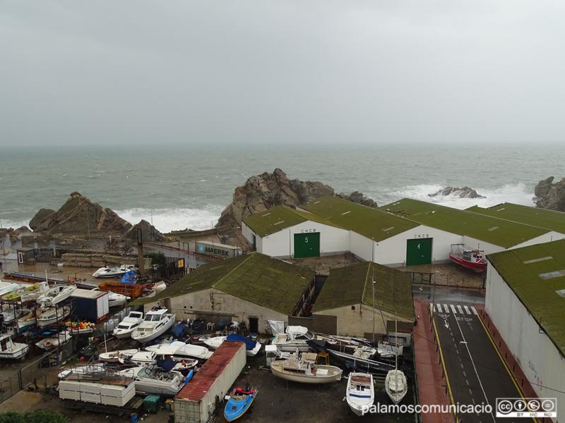 El vial del port i la zona de La Pedrera van patir de valent els efectes del temporal 'Glòria'.