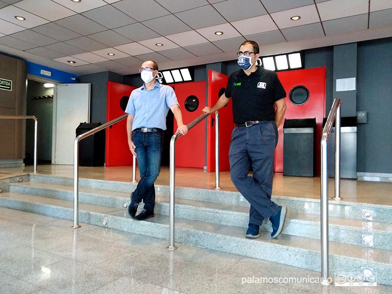 Lluís Puig i David Cuesta, aquest matí a l'entrada dels cinemes Arinco.
