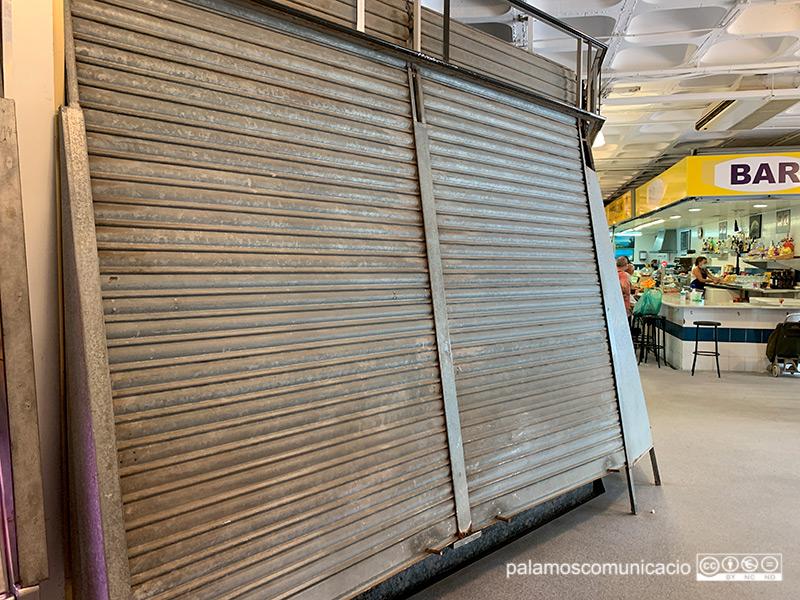 Una parada del Mercat Municipal de Palamós tancada, aquest passat dissabte.