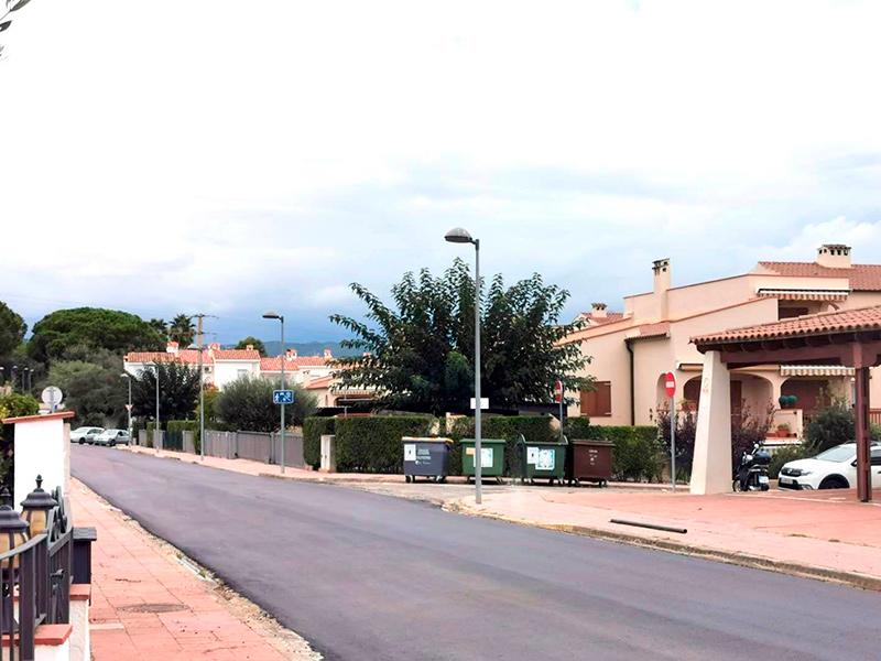 S'estan asfaltant més de 7.000 metres quadrats a la urbanització Mas Vilar. (Foto: Ajuntament de Calonge i Sant Antoni).