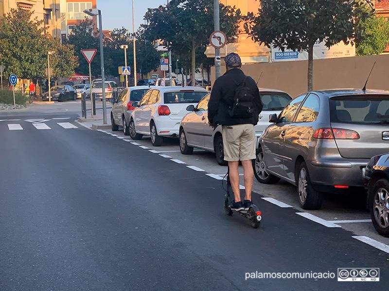 Una persona circulant amb un patinet elèctric per l'Avinguda de Catalunya, ahir a la tarda.