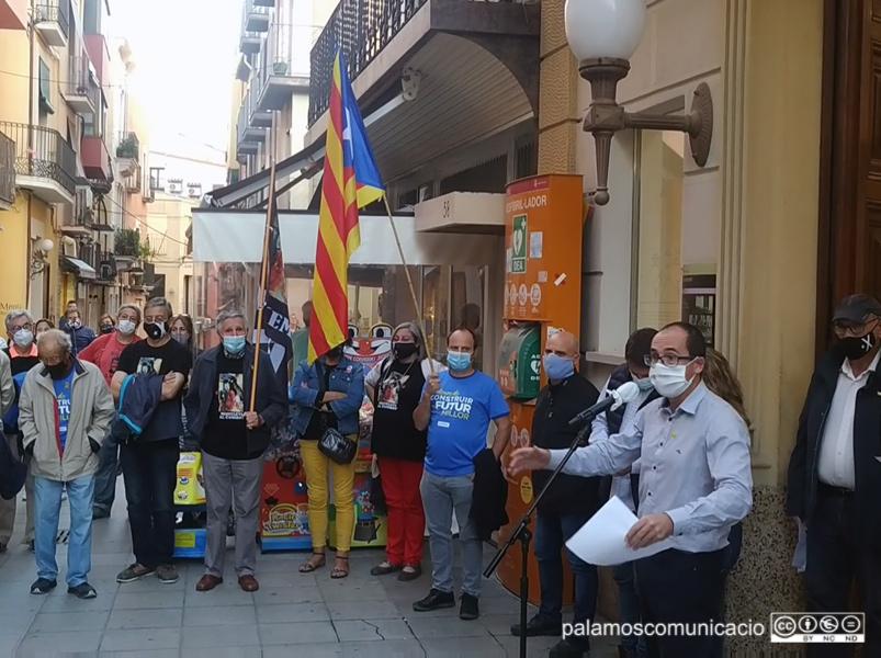 Un centenar de persones es va concentrar ahir davant l'Ajuntament.