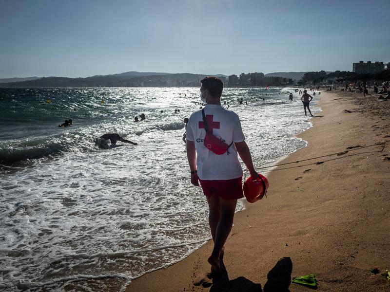 Un socorrista de Creu Roja, aquest estiu. (Foto: Creu Roja Palamós).