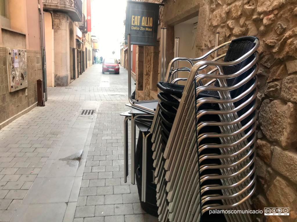 Terrassa d'un restaurant de Palamós tancada.
