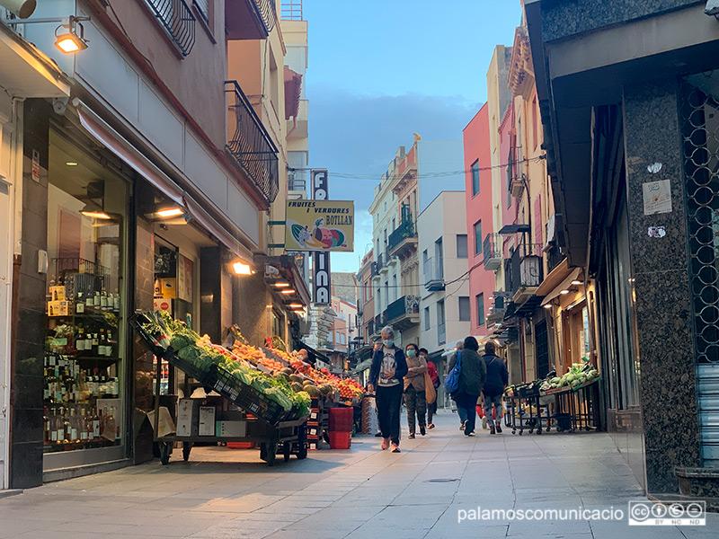El carrer Major de Palamós, ahir al vespre.